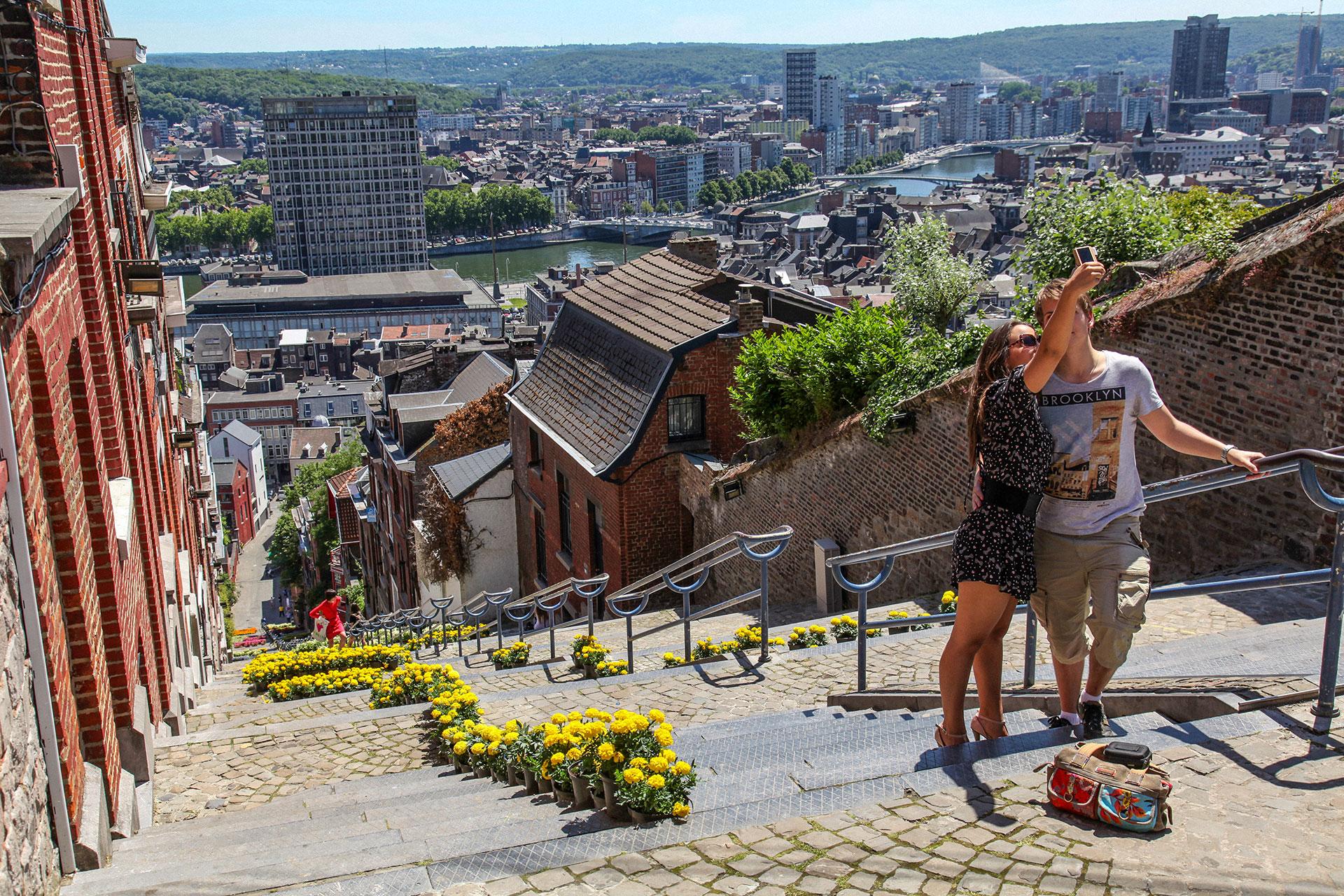 Coppia sulla scalinata della Montagne de Bueren, luogo emblematico della città di Liegi