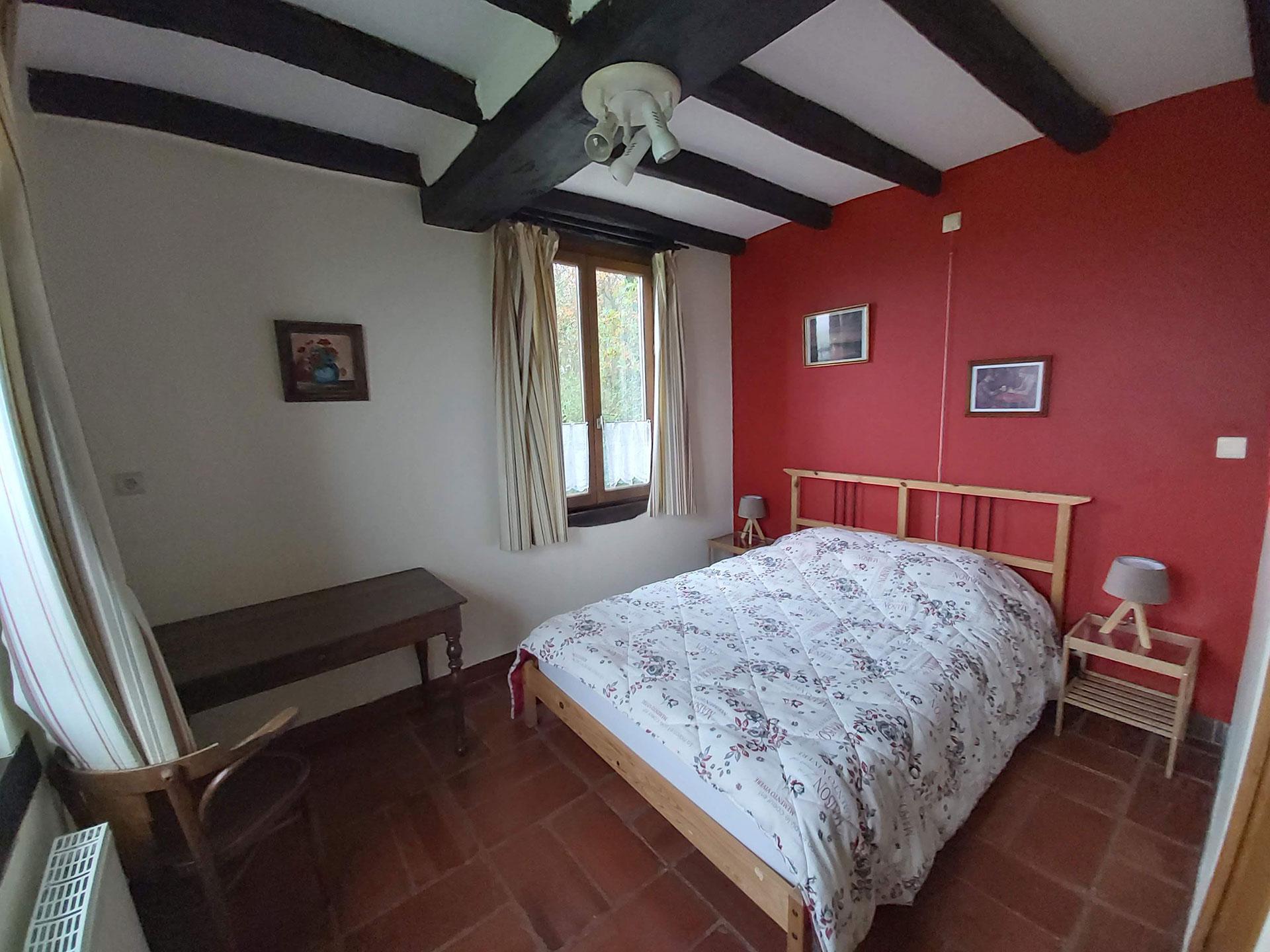 Gîte rural - La Bergerie - Froidchapelle - 2 chambres avec lit double - 1 canapé-lit - Living/salon - feu ouvert - Cuisine équipée - Salle de bains - Jardin - terrasse - coin barbecue - Etang privé - Parking