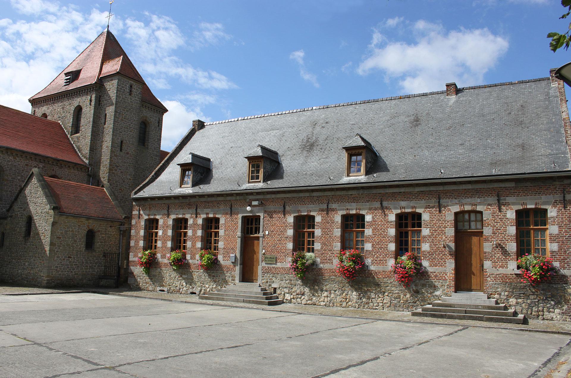 Les plus beaux villages de Wallonie - Aubechies - clocher - cour intérieur - ciel bleu