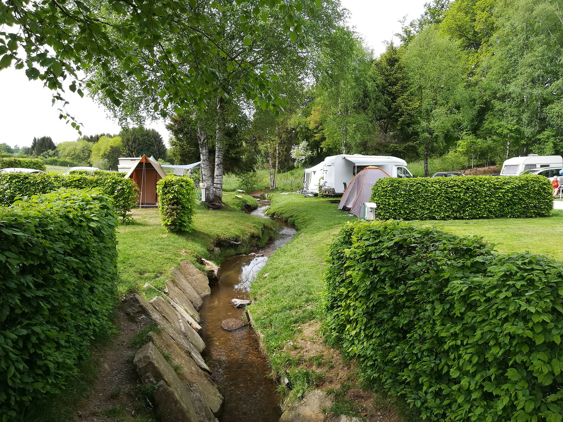 Camping en Wallonie - camp - campement - bivouac - caravane - ruisseau