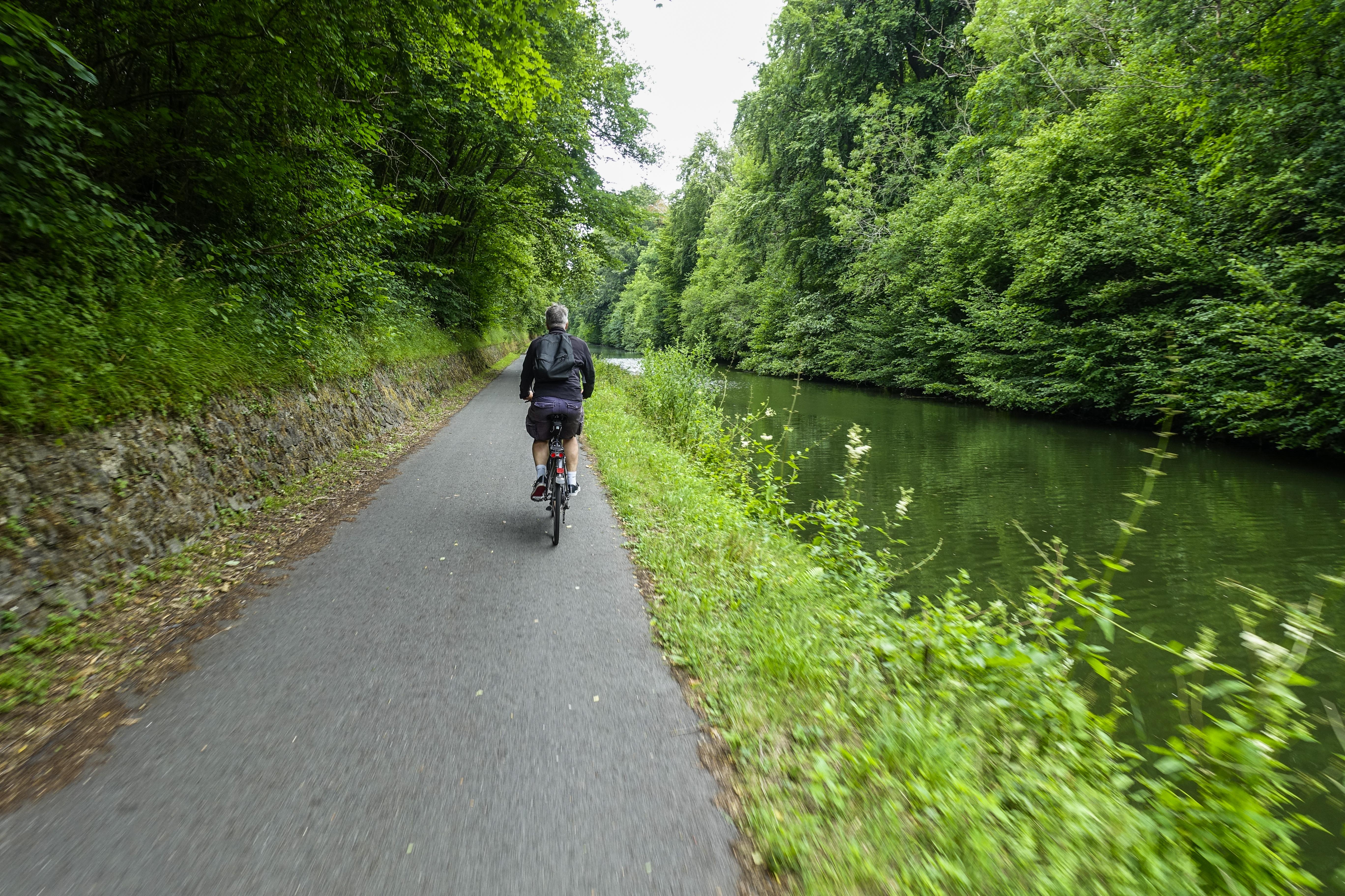 Cycliste le long d'une rivière
