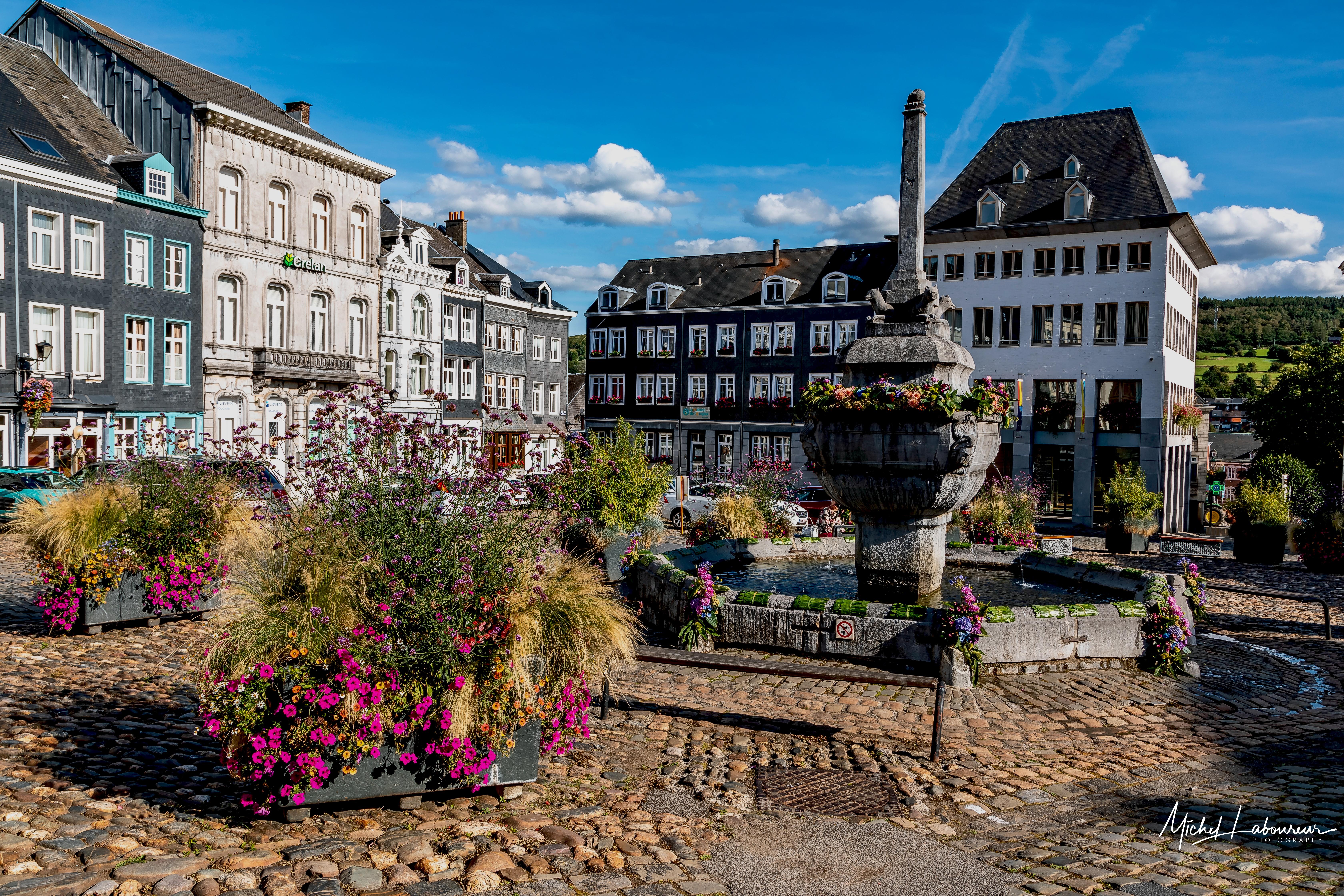 place-saint-remacle-fleurs-ville-stavelot-centre-hotel-de-pavés-perron-fontaine-couleurs