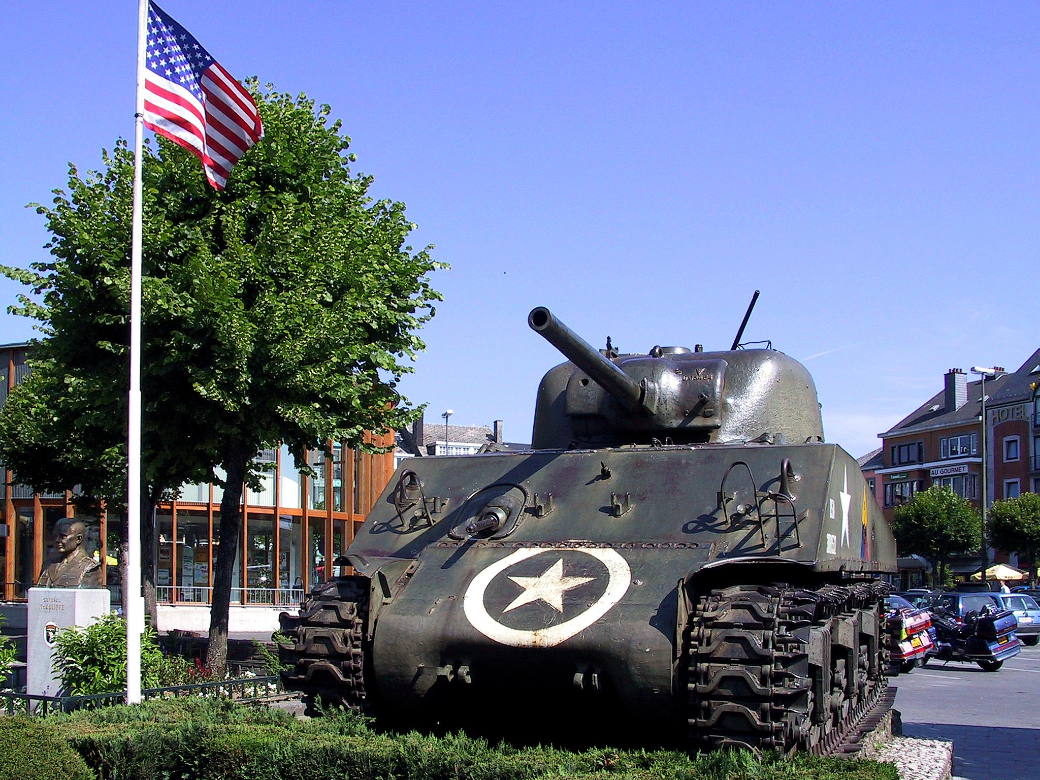 Place McAuliffe - char Sherman - monument de la Bataille des Ardennes - Bastogne - Luxembourg