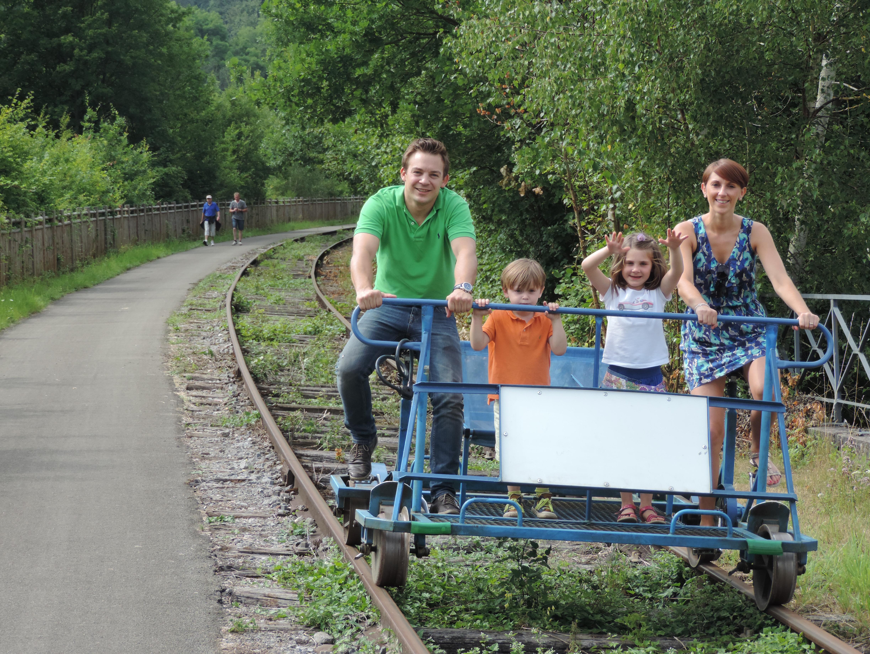 Utiliza las dresinas en la antigua vía férrea a lo largo del Valle de La Molignée, entre Falaën y Maredsous, en la provincia de