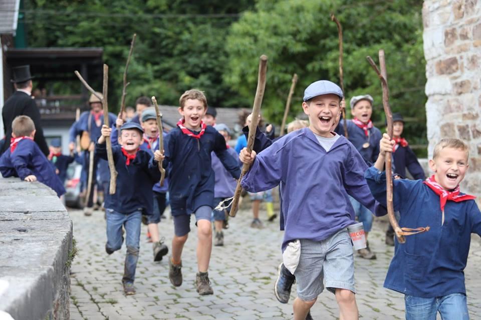 Enfants à la fête de la cour du coucou