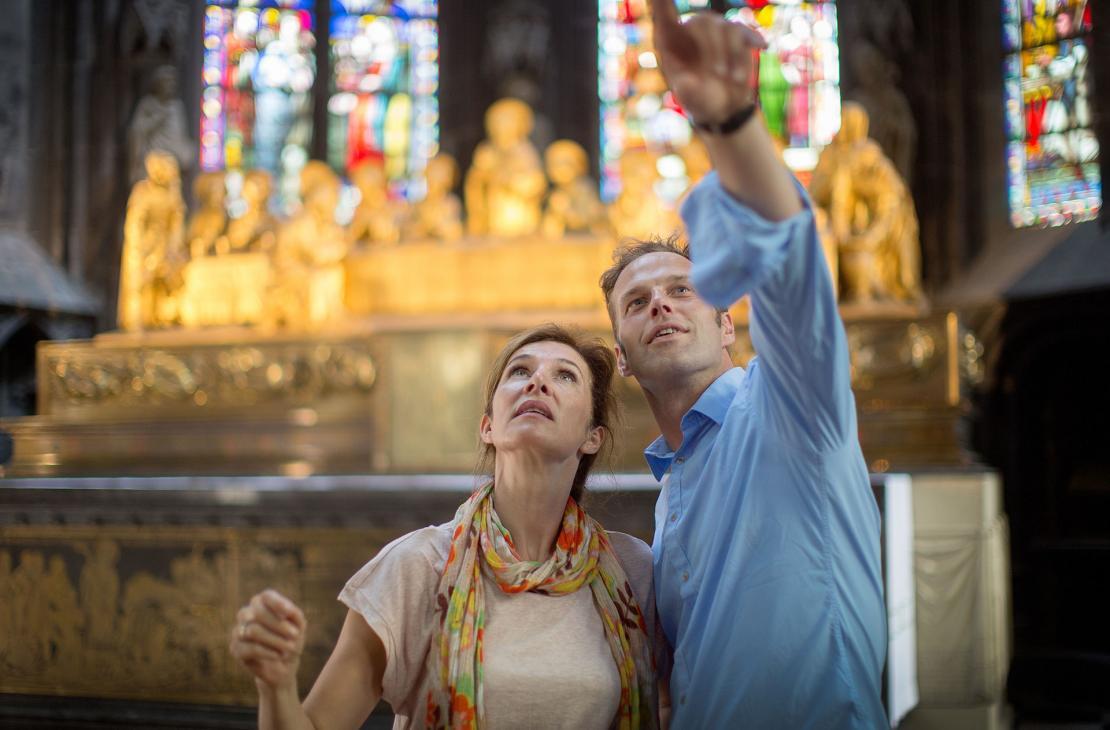 Un couple admire l'intérieur de la Collégiale Notre-Dame et Saint-Domitien de Huy