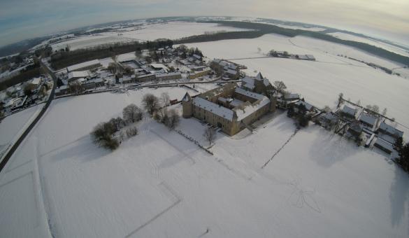 Vue sur le Château-Ferme de Courrière, ferme fortifiée du début du 17ème siècle en Condroz
