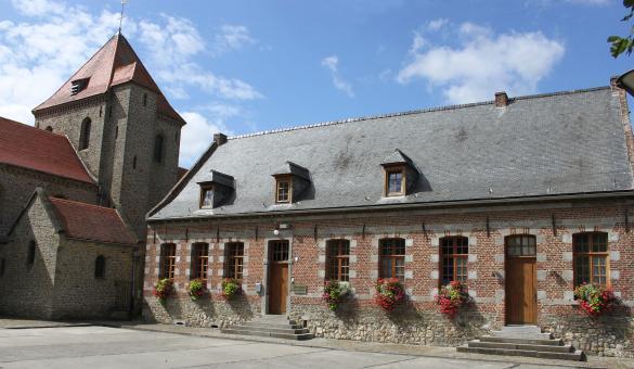 Die schönsten Dörfer der Wallonie - Glocke - Innenhof - blauer Himmel