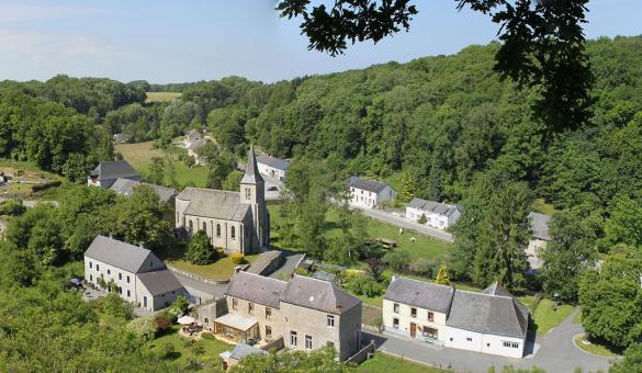 Die schönsten Dörfer der Wallonie - Lompret - Glockenturm - Natur - Blauer Himmel - Landschaft