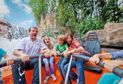 Famille navigant dans la rivière sauvage Radja River du parc d'attractions Walibi Belgium