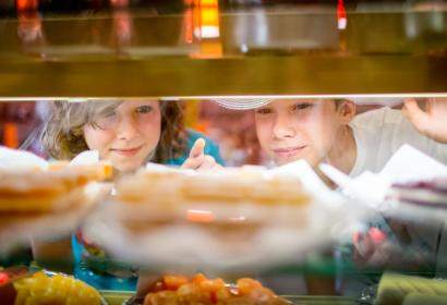 Kids looking at chocolate in Les Chocolats d'Edouard - Wallonie
