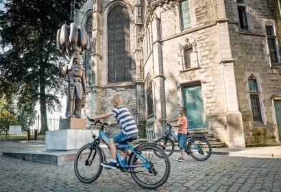 Enfants à vélo sur une place à Binche