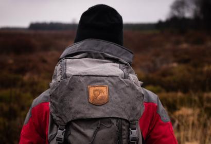Photo d'un randonneur sur les sentiers du Phoenix dans la fagne d'Odeigne