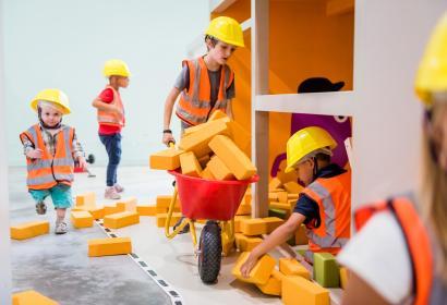 Des enfants jouent à devenir des bâtisseurs au Pass, musée des sciences, à Frameries