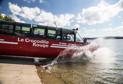 véhicule amphibie rouge rentrant dans l'eau
