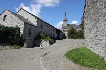 De mooiste dorpjes van Wallonië - Chardeneux - dak - blauwe hemel - klokken - oude steen