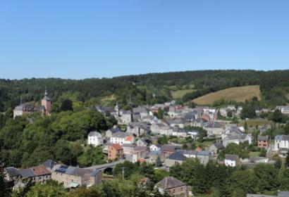 Les plus beaux villages de Wallonie - Vierves - clocher - panorama - ciel bleu - vielles maisons