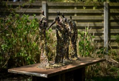 Sculpture de trois silhouettes métalisées