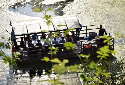 groupe de personnes sur une berge pour un teambuilding culinaire en Wallonie