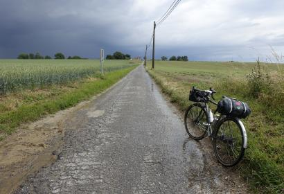 Vélo sur une route de campagne déserte