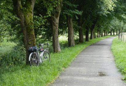 Vélo sur le bord de la route entre Liège et Marloie