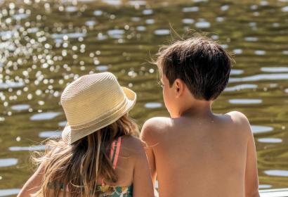 Deux enfants assis au bord de l'eau, au Lac de Nisramont à La Roche-en-Ardenne