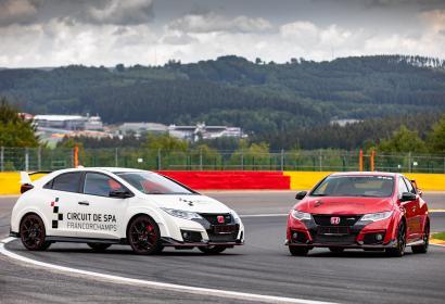 2 voitures se faisant face sur le circuit de Spa-Francorchamps
