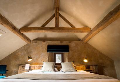 Chambre avec lit double et structure en bois en Wallonie
