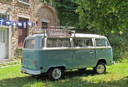 Vieux van VW dans une prairie