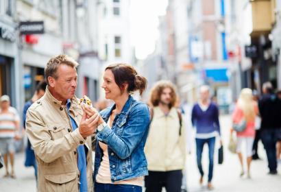 Liège - gaufre - couple - shopping - rue commerçante
