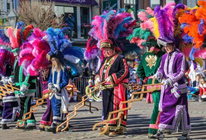 Grand cortège du Carnaval de Malmedy et danse des Haguètes agitant leur