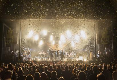 Scène éclairée d'un festival