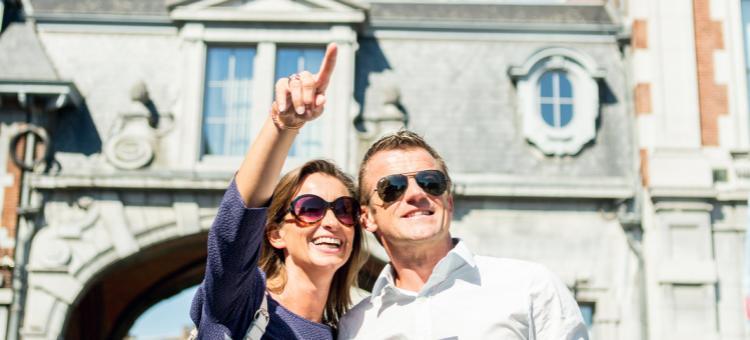 Un couple visite la Place d'Armes à Namur