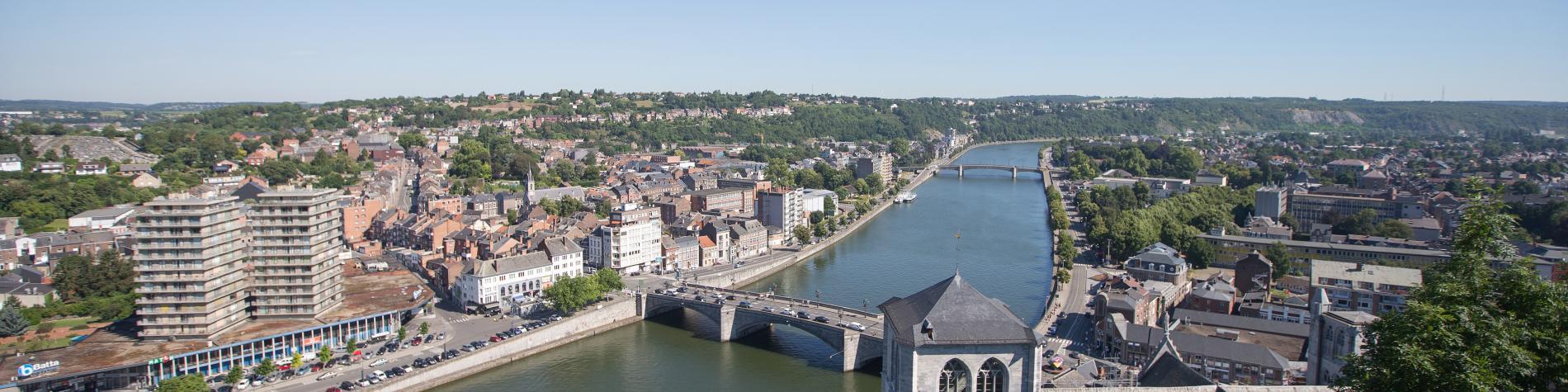 Huy vue du ciel. Photo panoramique qui montre en avant plan le Fort de Huy et le pont Roi Baudoin traversant la Meuse.