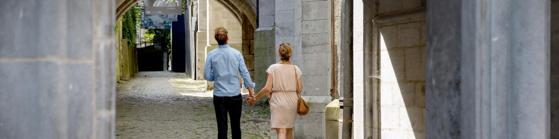 Couple en balade autour de la Collégiale Notre-Dame de Huy