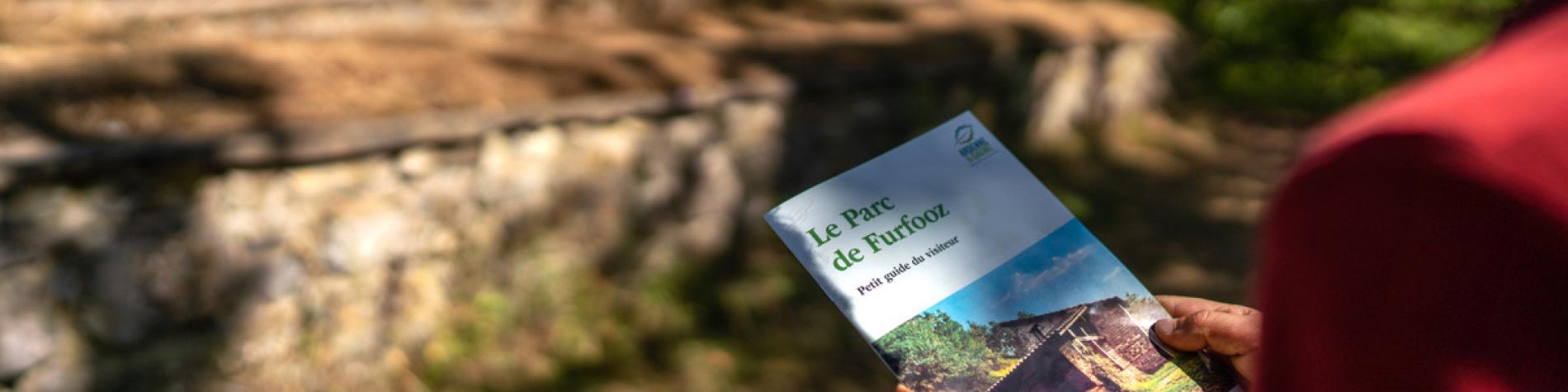 Parc de Furfooz - Vue du guide du parc devant les thermes