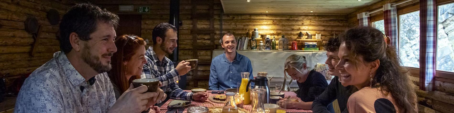 Famille - amis - table - déjeuner - Grottes de Han