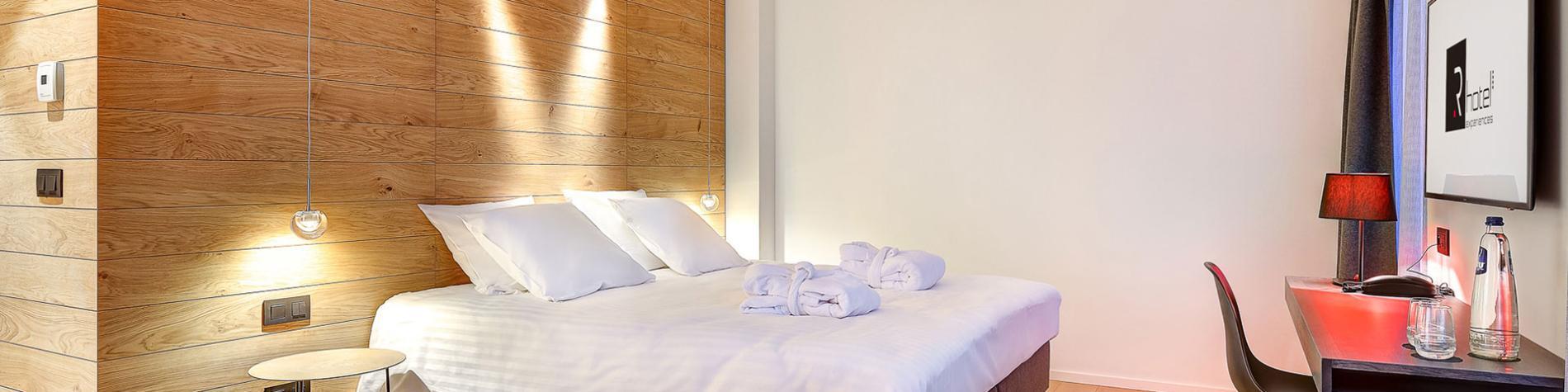 Chambre double avec tête de lit en bois, parfaits pour vos séminaires résidentiels en Wallonie