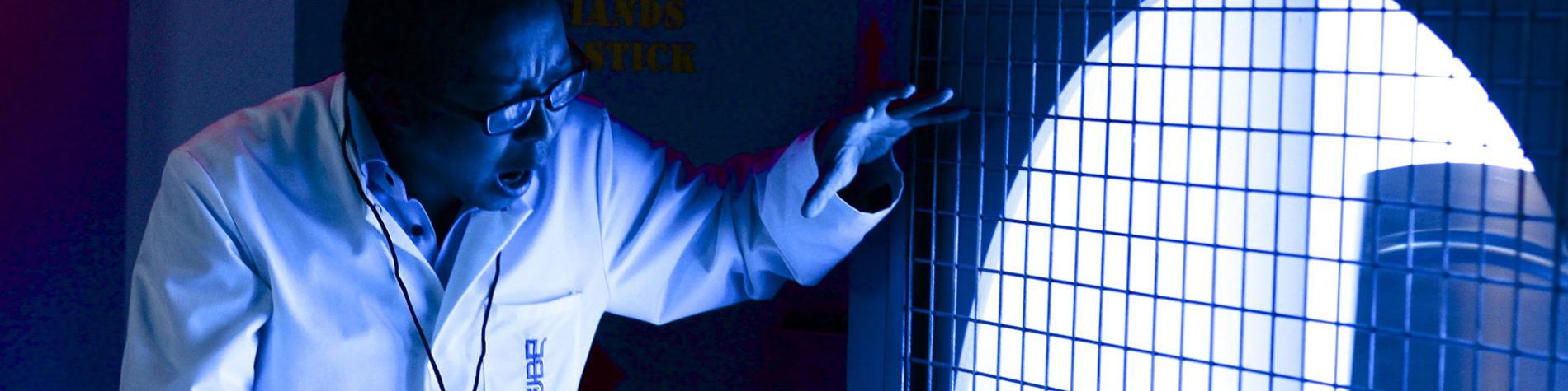 homme en blouse blanche dans un escape room en Wallonie