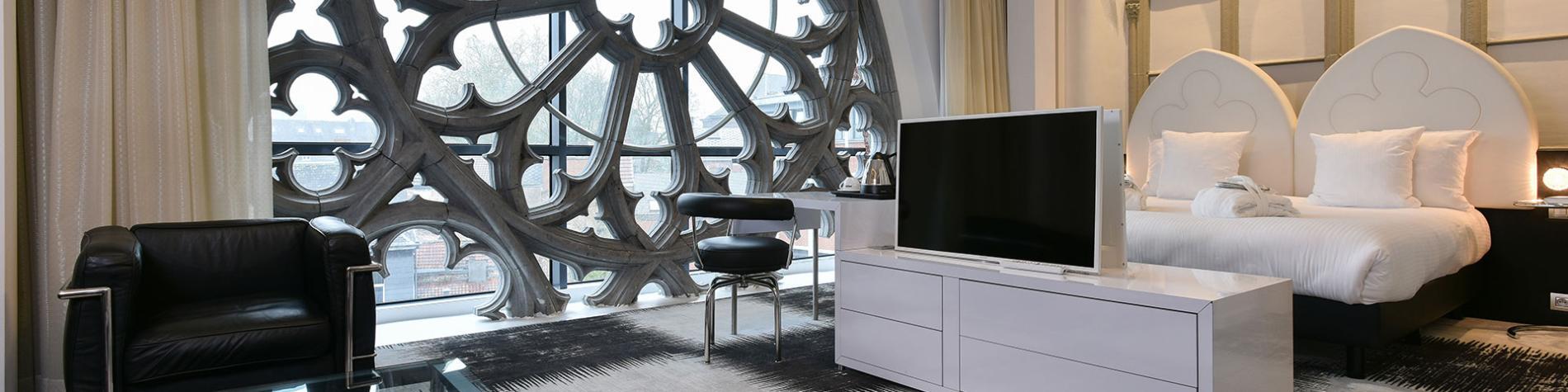 suite avec rosace en fenêtre dans le Martin's Dream Hotel à Mons.