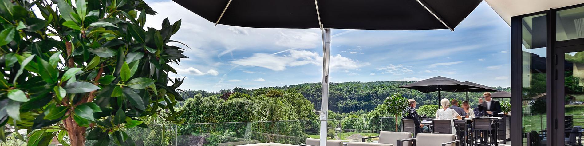 terrasse avec canapés et vue sur la forêt. Lieu idéal pour vos événements d'affaires en Wallonie