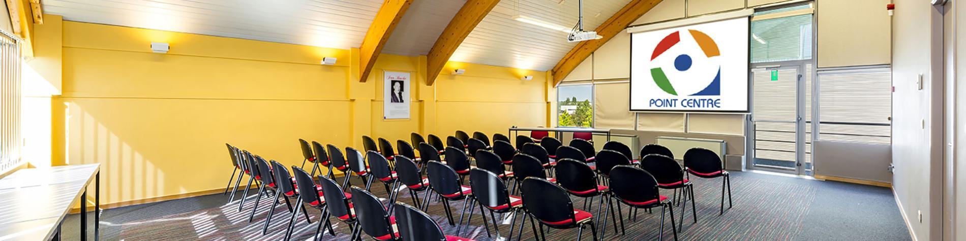 salle de conférence avec 32 places assises avec lumière du jour