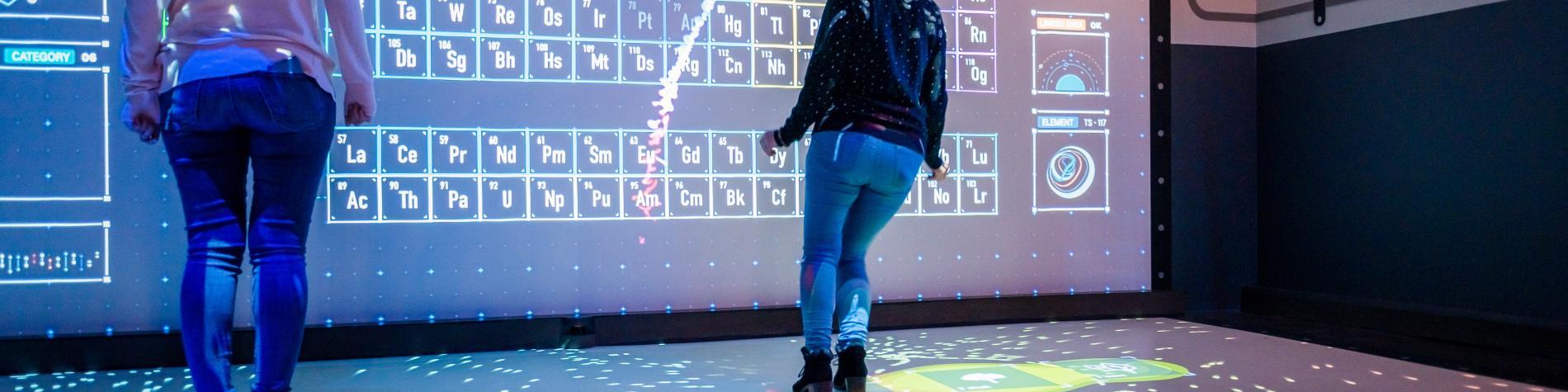 Une fille teste une expérience interactive du Pass à Frameries