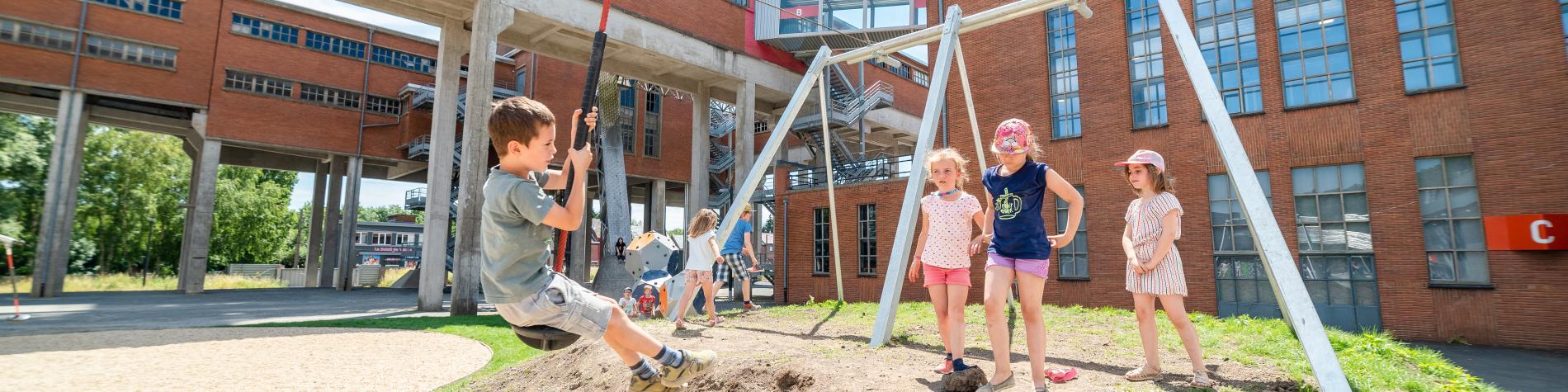 Des enfants s'amusent dans la plaine de jeux du Pass à Frameries