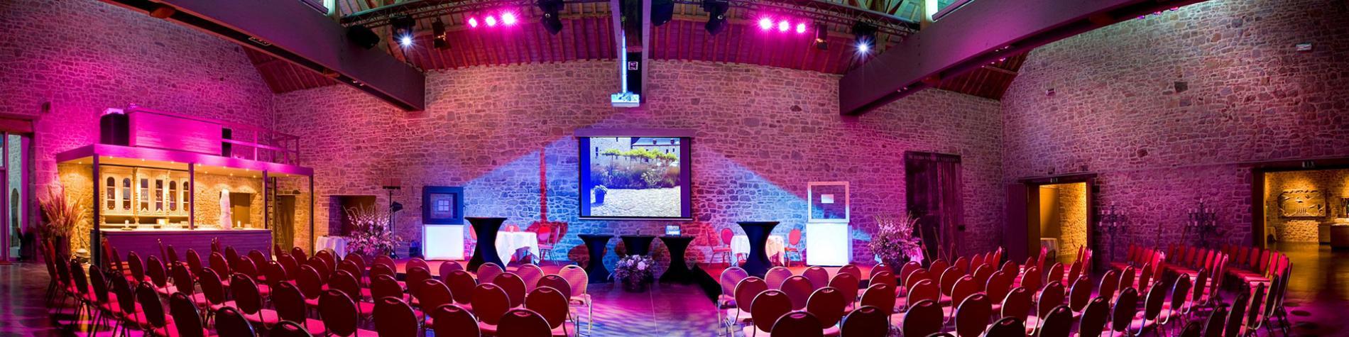 salle de séminaire en théâtre avec lumière d'ambiance et retroprojecteur. Parfait pour vos séminaires en Wallonie