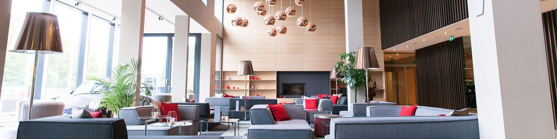 Lobby d'hôtel avec canapé et luminaires en forme de boule