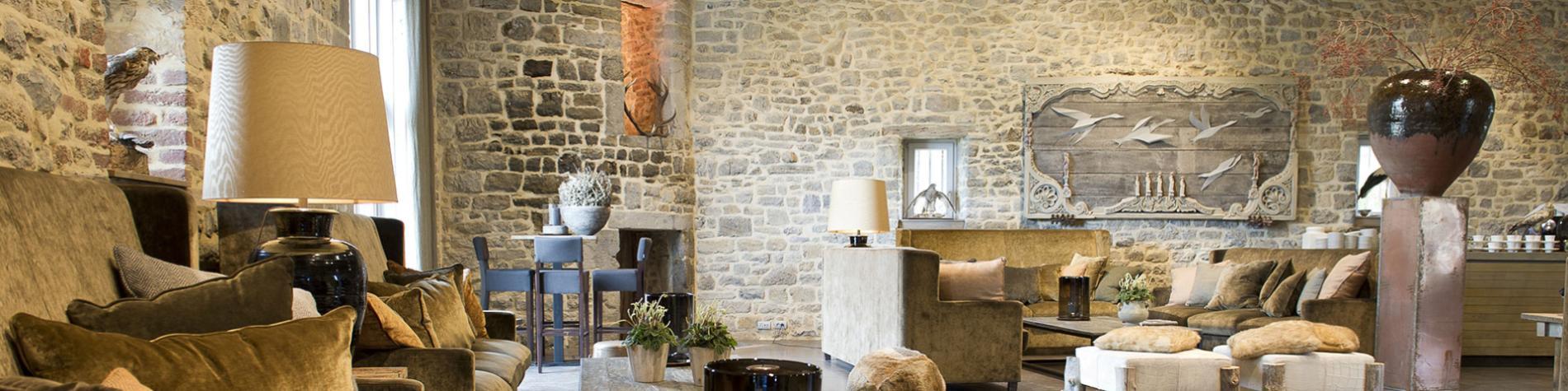 lobby avec canapé et fauteuils avec murs de briques