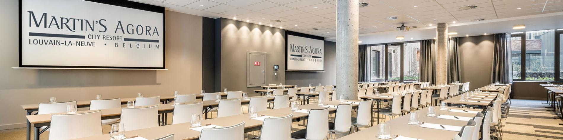 salle de réunion boardroom avec écran de projection dans un hôtel d'affaires à Louvain-La-Neuve