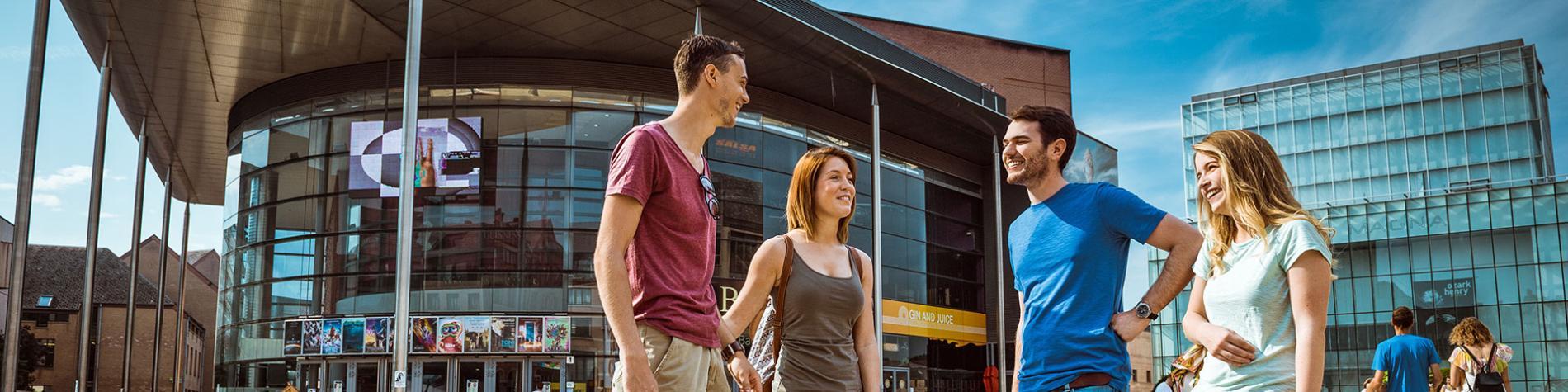 Louvain-la-neuve - Grand-place - couples