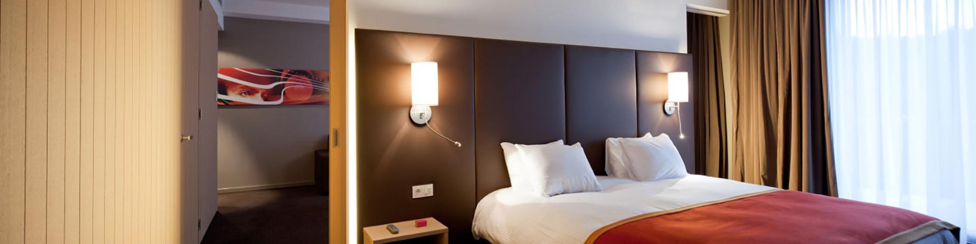 chambre avec lit double et tête de lit en cuir